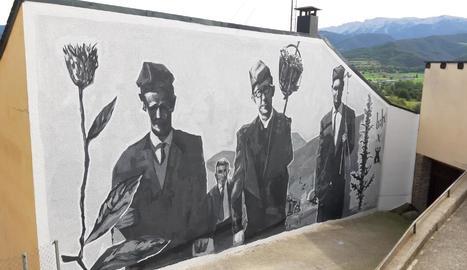 Al mural acabat d'estrenar apareixen veïns a punt de cantar les caramelles.
