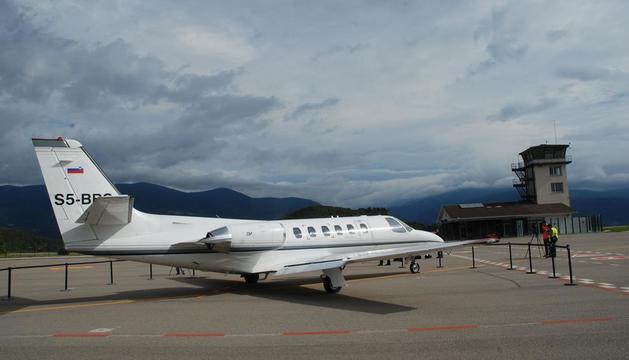 Imatge d'arxiu d'un avió de vuit places estacionat a l'aeroport de la Seu.