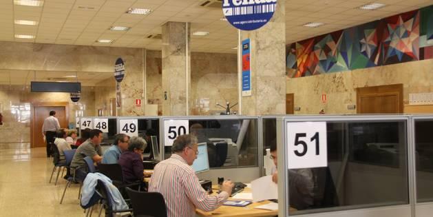 Las oficinas de la Agencia Tributaria en Lérida durante el periodo de declaración de la renta.