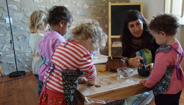 Maria Monzó, amb els quatre nens que cuida a la seua casa de Bellver de Cerdanya.