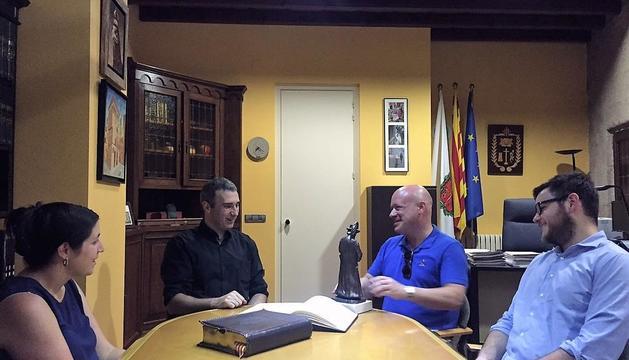 Guinovart, el viernes en Solsona, en el momento de firmar en el libro de honor del ayuntamiento.