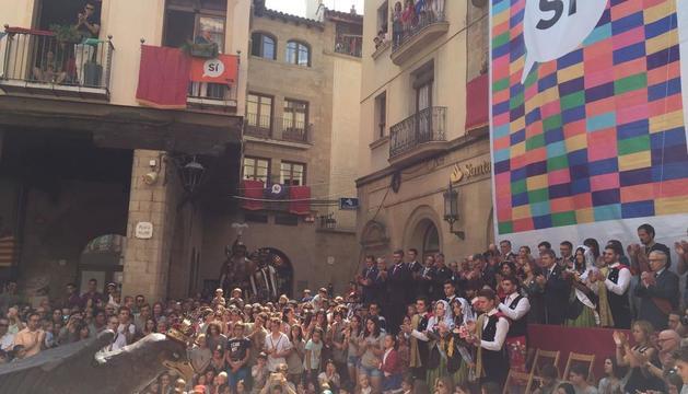 La plaza Major de Solsona, abarrotada ayer durante el baile del 'àliga'. La ANC desplegó una pancarta gigante con el 'Sí'.