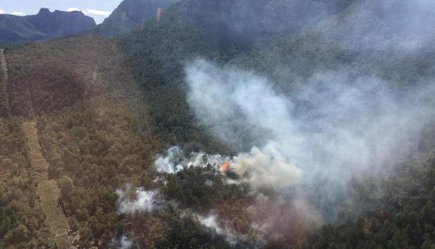 Imagen aérea facilitada por los bomberos del incendio declarado en Peramola.