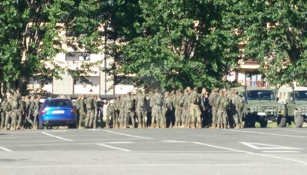 La llegada de los soldados al parking del antiguo cuartel militar de Vielha.