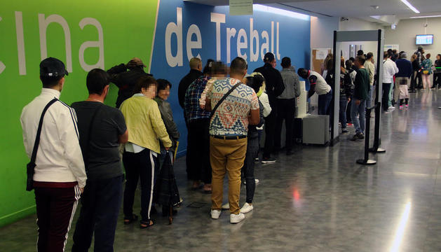 Usuarios ayer haciendo cola para entrar en la Oficina del Servei d'Ocupació en la calle Acadèmia de Lleida.