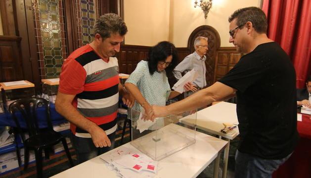 El escrutinio de los votos, ayer en la Paeria.