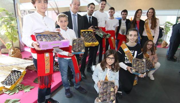 L'alcalde, el delegat d'Agricultura i pubilles i hereus d'Alguaire mostren figues coll de dama.