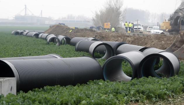 Les obres de la primera fase de modernització per soterrar el reg a Gimenells el febrer passat.
