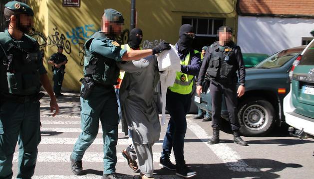 Momento en el que los agentes sacaron al detenido de la vivienda.