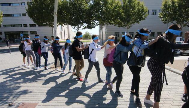 Un grup d'estudiants, amb els ulls embenats, ahir als voltants del campus de Cappont.