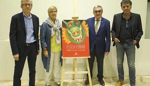 Àngel Ros i Montse Parra, amb els autors del cartell.