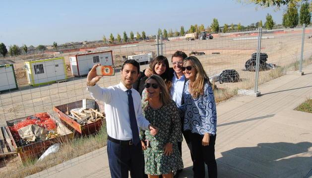 Damià Calvet fent-se un 'selfie' amb membres del departament de Territori i Sostenibilitat.