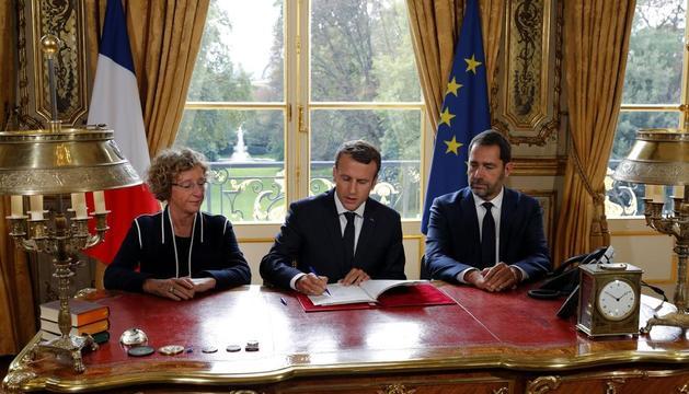 Macron firma la reforma laboral al Palau de l'Elisi.