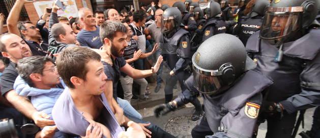 Càrregues de la Policia Nacional al barri de la Mariola durant el referèndum.