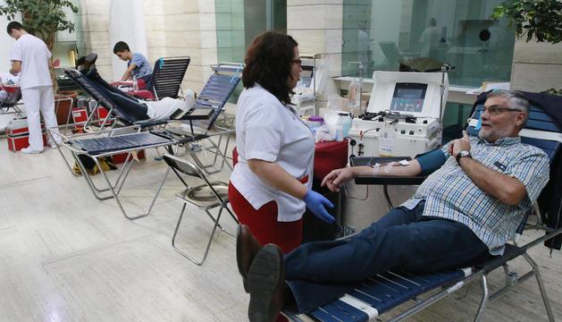 Carlos Comes, connectat a la màquina d'extracció de plasma ahir a la Biblioteca Pública.