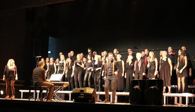 El cor de l'Orfeó Lleidatà, diumenge passat a Alcoletge, amb l'espectacle 'Songs.cat'.