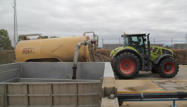 Una cisterna dipositava ahir purins a la planta de tractament de Vag, a Juneda.