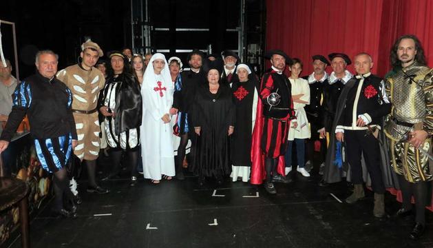 L'elenc d'actors del TOAR, abans de sortir a escena, ahir al Teatre de l'Escorxador.