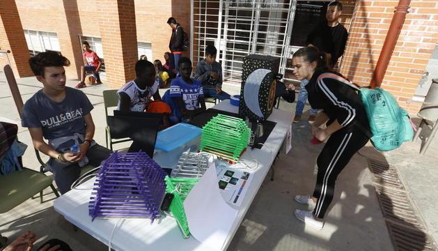 Setmana de la ciència al Torre Vicens - L'institut Torre Vicens ha celebrat la Setmana de la Ciència, un conjunt d'activitats per atansar el món de la tecnologia a les aules. Des de tallers, xarrades i experiments, l'institut s'ha bolcat ...