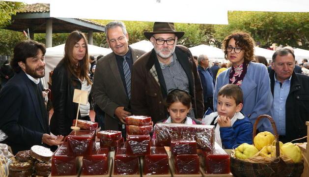 Toní Massanés, con sombrero, de la Fundació Alícia, inauguró la Fira que congregó numeroso público pese a la lluvia.