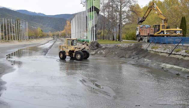 Un máquina acababa de retirar los últimos lodos del fondo del canal ayer a mediodía.