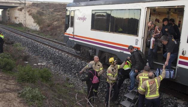 Bombers van ajudar a evacuar els divuit passatgers del tren accidentat, tots il·lesos.
