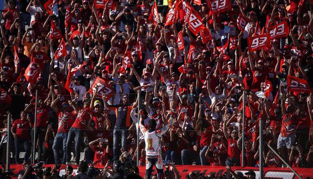 Màrquez es va dirigir a la zona dels fans per poder oferir-los el títol de campió.