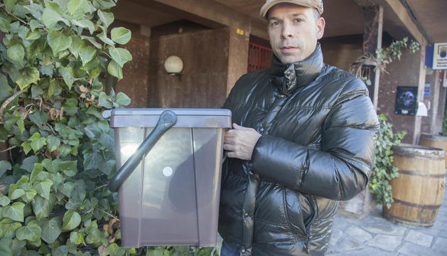 L'alcalde de Guissona, Xavier Casoliva, amb un dels nous cubells d'escombraries amb xip.