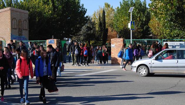Alumnos del instituto Terres de Ponent ayer a la salida del centro al mediodía.