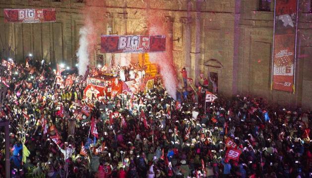 El camió del Fan Club, amb el Marc i el seu equip a bord, intentant fer camí entre els centenars de fans que atapeïen la plaça de la Universitat, inici de la rua.