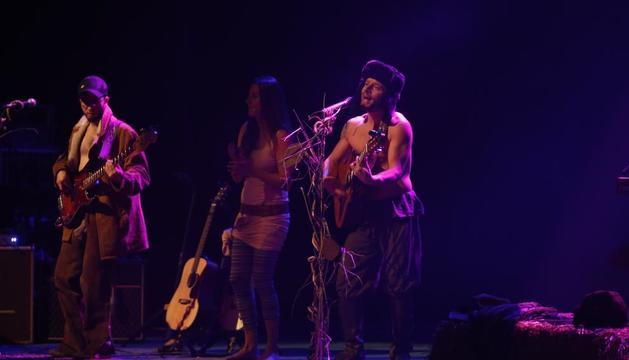 La banda Oques Grasses pràcticament va omplir de fans ahir el teatre de la Llotja de Lleida.