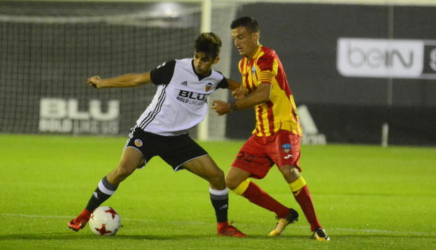 El capità del Lleida, Marc Nierga, lluita una pilota amb un rival en el partit de dissabte a València.