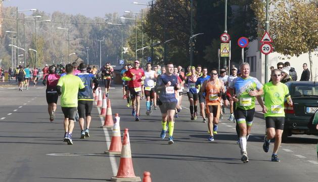 Alguns corredors de la Mitja Marató, al seu pas per l'avinguda de Tortosa.