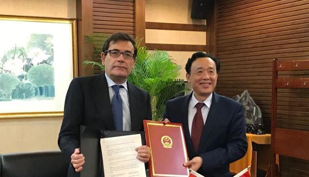 Carlos Cabanas con el viceministro chino, Li Yuanping, tras la firma de los acuerdos.