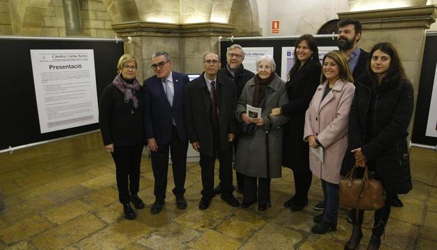 Jordi Pàmias y Rosa Fabregat, arropados por las autoridades en el patio del Palau de la Paeria en la exposición de la Càtedra Màrius Torres.