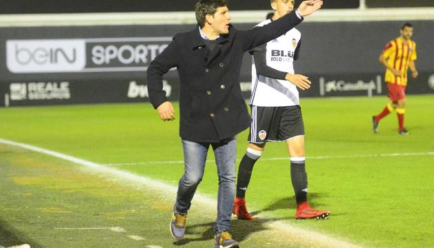 Gerard Albadalejo da instrucciones a sus jugadores el pasado sábado en Paterna.