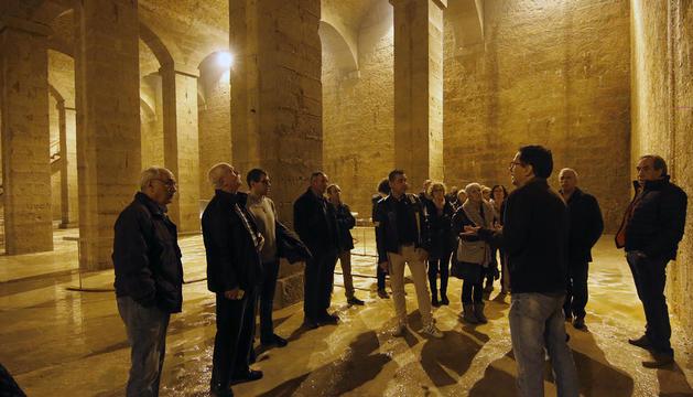 Los asistentes a la jornada de puertas abiertas de ayer, escuchando las explicaciones del guía.