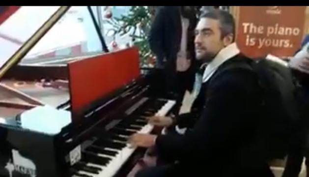 Bernat Solé, tocant el piano a l'aeroport de Brussel·les.