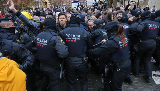 El convoy con el arte, protegido por la Guardia Civil, ayer en el momento de salir del Museu en una rambla Aragó tomada por la policía.