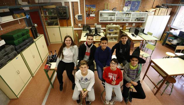 Victoria, Àngel, Flavius, Jan, Alis, Xavier i Pol, a l'aula especialitzada per als seus projectes.
