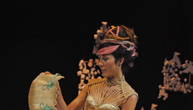 """Moda actual  -  Golden Velvet, de Josepfina Xufré y Laia Pont (la modelo), de Cerdanyola del Vallès, quedó primera por un diseño que cambia del estilo barroco al """"gasp"""" y tiene aires medievales."""
