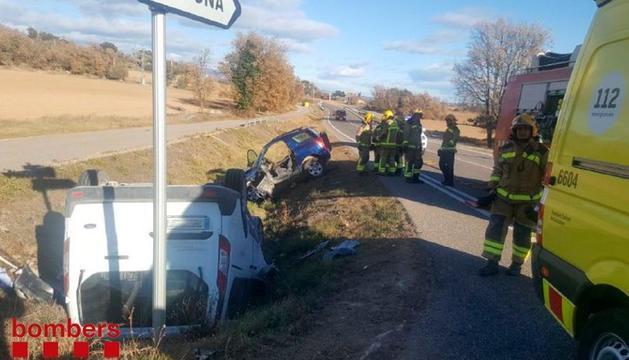 Tres heridos, uno grave, en una colisión entre dos vehículos en Olius