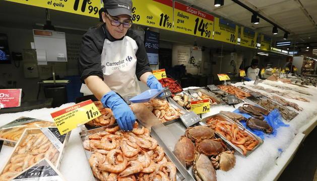 Bandejas de marisco, ayer en la pescadería del Carrefour.