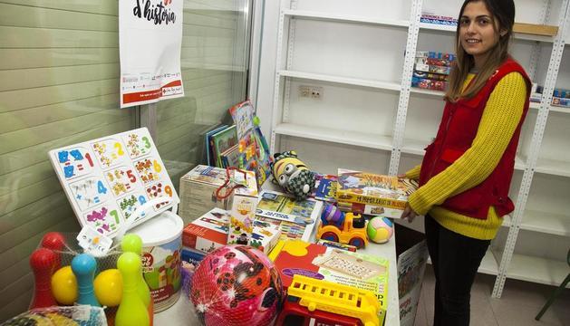 Anna Serés, tècnica de Joventut de Creu Roja de l'Urgell, ahir amb les joguines recollides a la campanya.