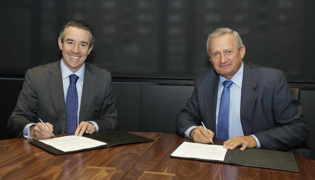 Momento de la firma del acuerdo de colaboración.