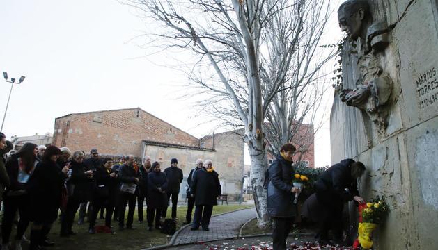 L'escultura dedicada a Màrius Torres vora el Canyeret va acollir ahir l'acte dels 75 anys de la seua mort.