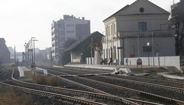 La vies del tren a Balaguer i l'estació, que es vol traslladar 100 metres al sud.
