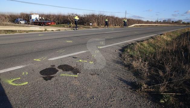 El punt on s'ha produït l'accident, amb la motocicleta de la víctima al fons, ja sobre la grua.