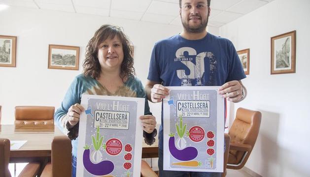L'alcalde i la regidora d'Agricultura, amb el cartell de la fira.