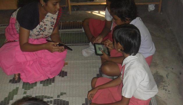 Alumnes de l'Índia, amb els dispositius enviats des de les Borges.